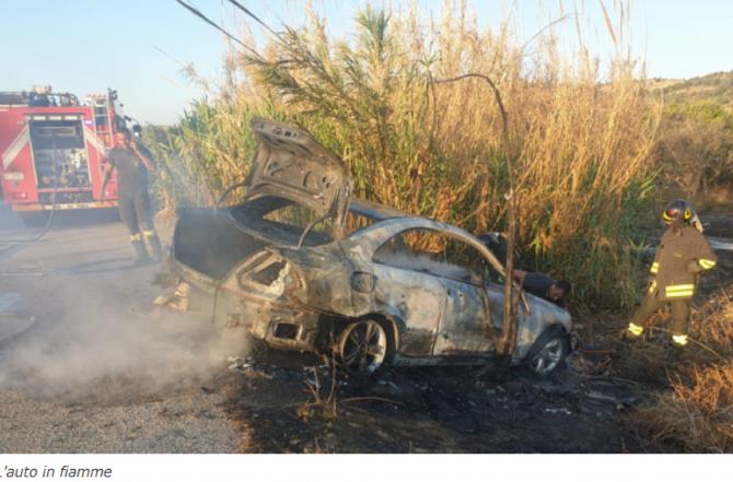 Italia. ROMÂNI, la un pas de TRAGEDIE după ce mașina în care erau a fost cuprinsă de FLĂCĂRI. FOTO: captură quotidianodigela.it