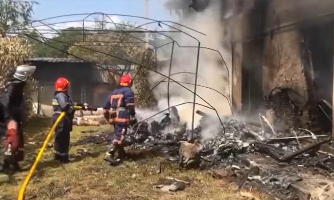 Mai mulți morți în urma prăbuşirii unui avion peste o casă în Ucraina - VIDEO