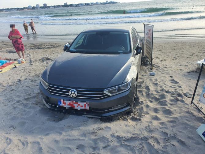 Mașina unui român, parcată direct pe plajă. Ce amendă a primit șoferul