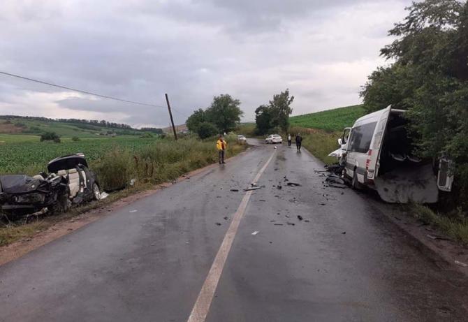 Microbus, plin cu pasageri, lovit de un autoturism în județul Cluj. Mai multe persoane, transportate la spital Sursa - someseanu