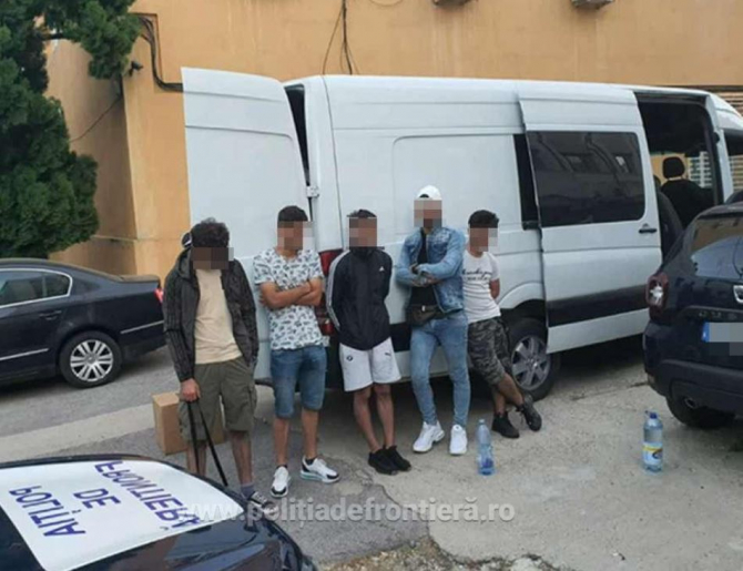 Microbuz, oprit în vama Giurgiu. Doi bărbați au fost arestaţi preventiv