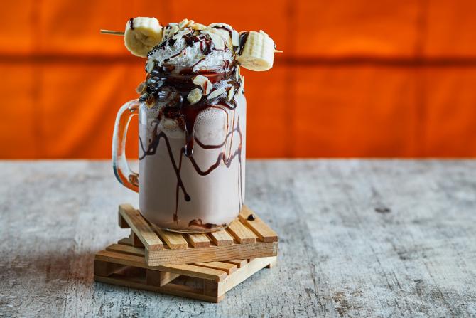 Milkshake cu ciocolată și înghețată, cea mai BUNĂ băutură RĂCORITOARE a verii! REȚETA pas cu pas