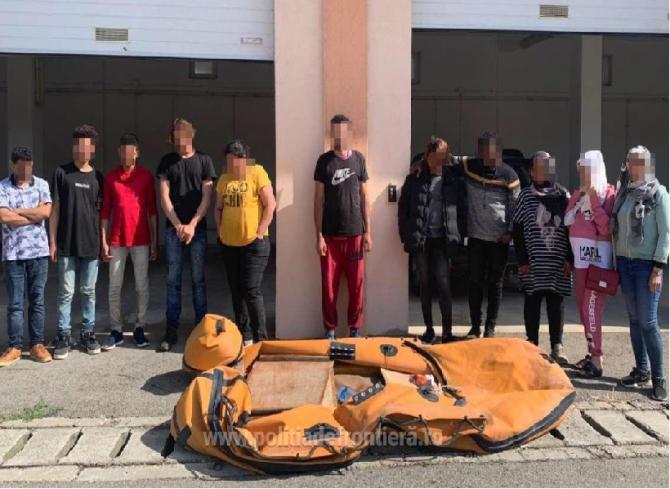 O gravidă și alte 10 persoane au traversat, ilegal,Dunărea cu o barcă pneumatică