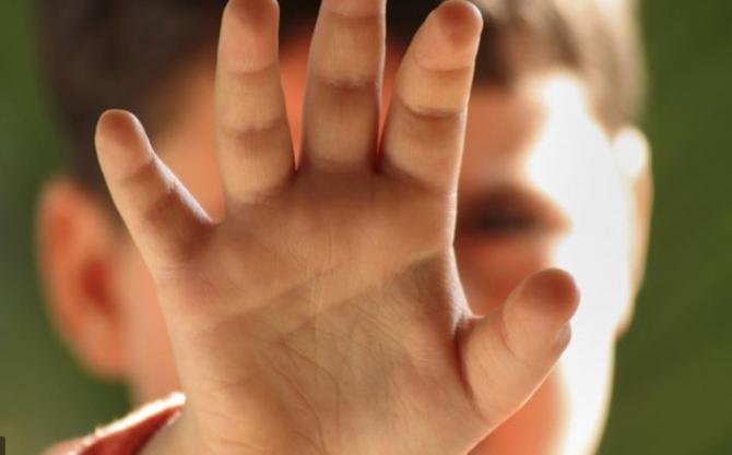 O româncă şi-a bătut copilul în timpul unui live pe TikTok  Îţi dau peste gură până îţi iese sânge.JPG