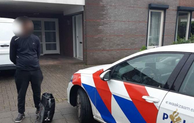 """Olanda. Român, arestat după ce s-a plimbat cu o bandană pe față: """"Ne-am simțit în pericol!"""". FOTO: captură siris.nl"""