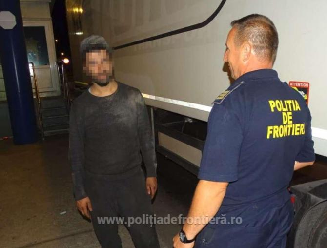 Patru persoane, printre care un copil de 11 ani, ascunşi în şasiul unui TIR. Încercau să intre ilegal în România