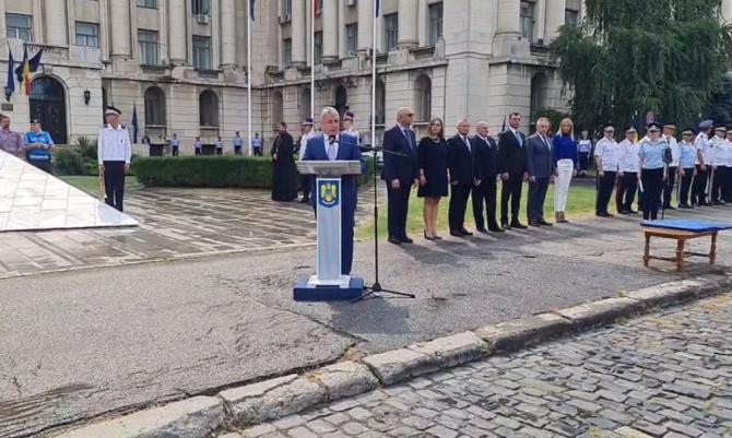 Pompierul Mihai Dănilă, coordonatorul intervenției pentru stingerea incendiului de la Petromidia, premiat deLucian Bode