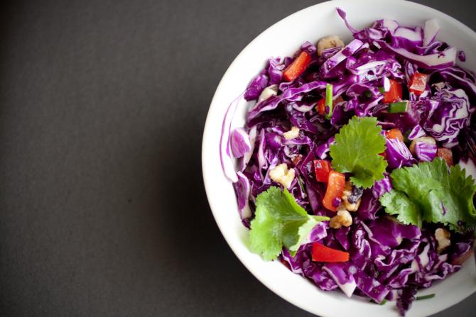 Salată de varză roşie cu suc de citrice şi miere. Garnitură 'fresh' de vară (sursa foto: Flickr)