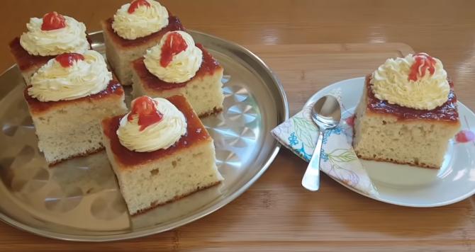 Savarină la tavă: Rețeta la îndemână pentru a te bucura de cea mai îndrăgită prăjitură a copilăriei