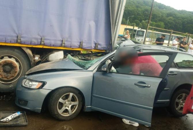 Șoferiță rănită, după ce a intrat cu mașina într-un TIR parcat Sursa - romania24.ro