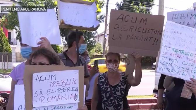 """Susținătorii lui Liviu Dragnea, în față la penitenciarul cu steaguri și pancarte: """"A făcut mai mult bine"""""""