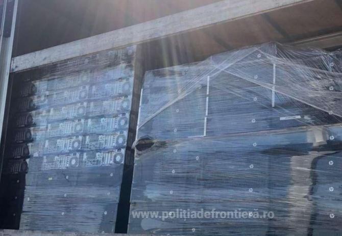 Tone de deșeuri textile, încălțăminte second hand și calculatoare uzate, oprite la vama Borș
