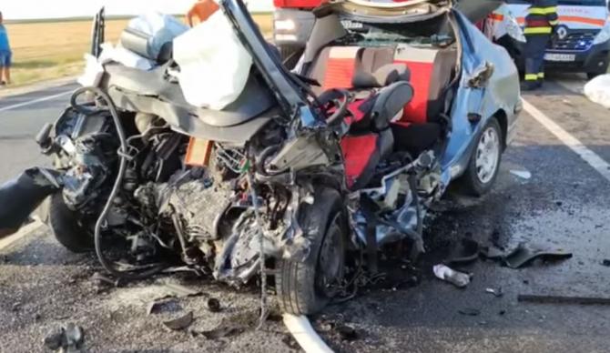 Trei persoane, printre care un adolescent, au murit. Autoturism, spulberat de un TIR în Olt Sursa - youtube Ionut Jifcu