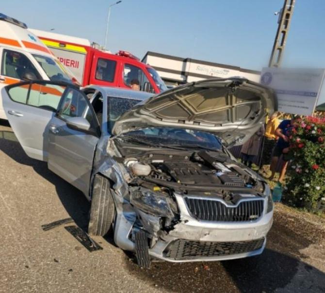 Trei români, răniți, într-un accident rutier grav. Coliziune între două automobile, în județul Suceava