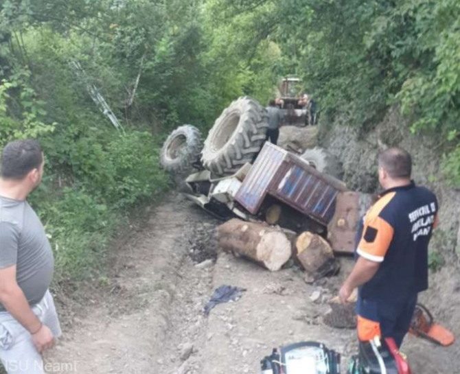 Un bărbat din Neam și-a pierdut viața, după ce s-a răsturnat cu tractorul pe un drum forestier Sursa - ISU Neamt