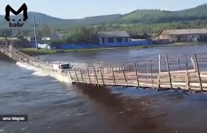 Un pod suspendat s-a prăbuşit împreună cu o camionetă în Rusia