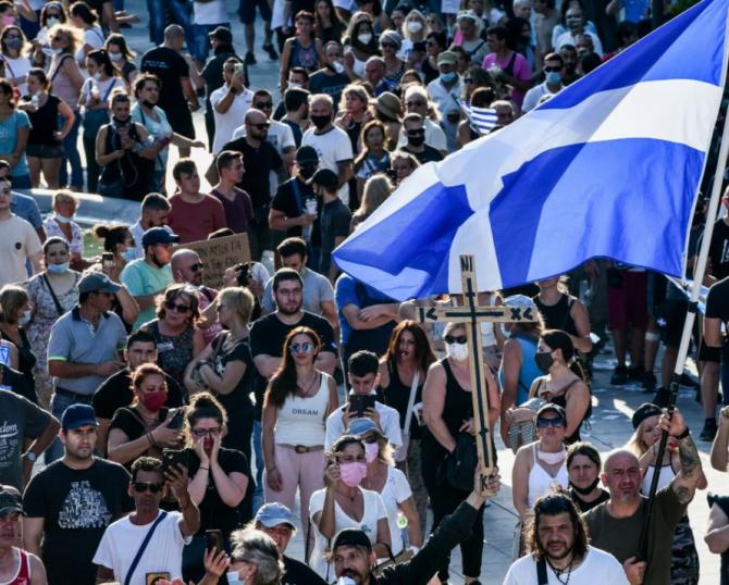 Zeci de arestări după un protest anti-vaccinare, în Grecia. Manifestanții au aruncat cu pietre şi dispozitive incendiare