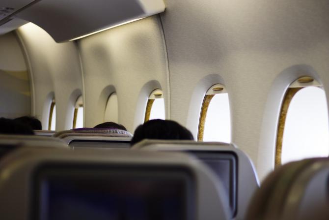Zeci de români care veneau cu un avion din Marea Britanie au recunoscut că au certificate false pentru evitarea carantinării