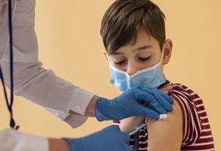Copiii care se vaccinează ar putea primi vouchere de 100 de lei