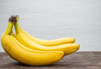 Puneți două banane pasate într-o pungă și băgați piciorul în ea. Rezultat surprinzător!