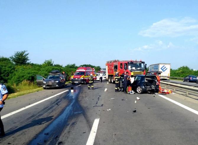 Accident mortal pe A1. Una dintre victime a fost prinsă sub o camionetă. Traficul este blocat