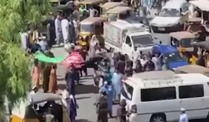 Talibanii hărțuiesc jurnaliștii, în special femeile
