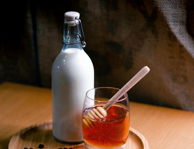 Amestecă lapte, miere și acest ingredient secret: Paradisul cosmetic pentru tenul tău, la îndemână în frigider
