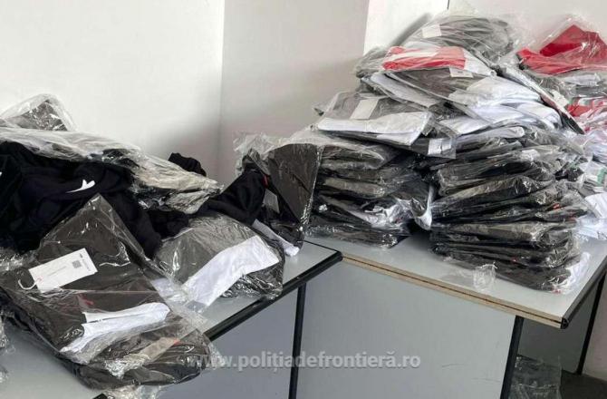 Autocar, verificat la sânge în vama Giurgiu. Era încărcat cu sute de articole vestimentare contrafăcute