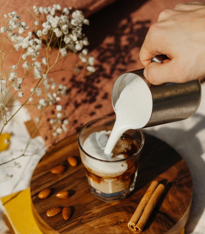 Cafea cu gheaţă, perfectă pentru zilele calde de vară. Cum prepari cea mai aromată cafea răcoritare (sursa foto: Pexels)