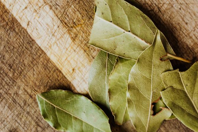 Câteva frunze de dafin, ulei de măsline și fulgi de ovăz: Rețeta simplă și secretă a zeițelor din Grecia a fost aflată