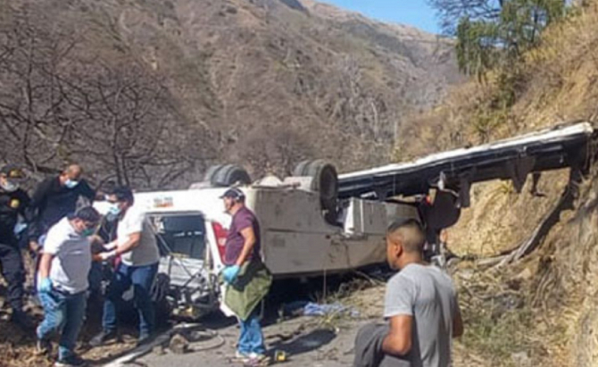Cel puțin 16 persoane au murit, după ce un autobuz s-a prăbușit într-o prăpastie