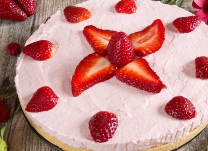 Cheesecake cu căpșuni fără coacere. Un desert răcoritor