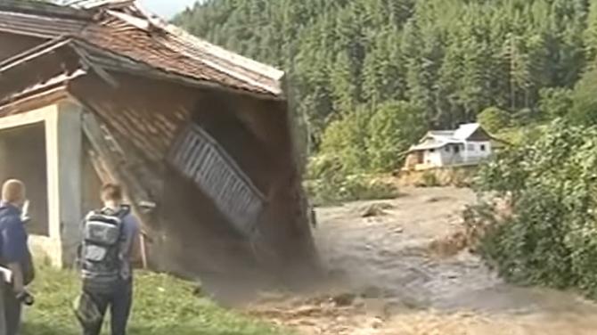 Românii afectați de inundații primesc bani