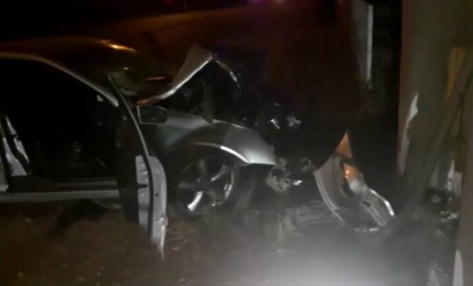 Doi tineri, de 17 și 18 ani, în stare gravă, la spital. Coliziune frontală între două mașini în Cluj