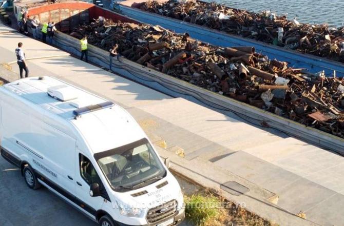 Două barje, oprite pentru un control la Murfatlar. Peste o mie de tone de deșeuri urmau să ajungă în Turcia prin România
