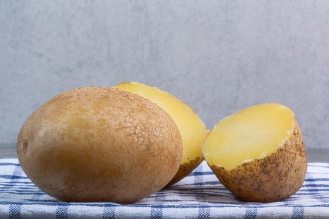 Fierbeți un cartof, adăugați puțină miere și țineți amestecul pe mâini 15 minute. Un truc de frumusețe genial!