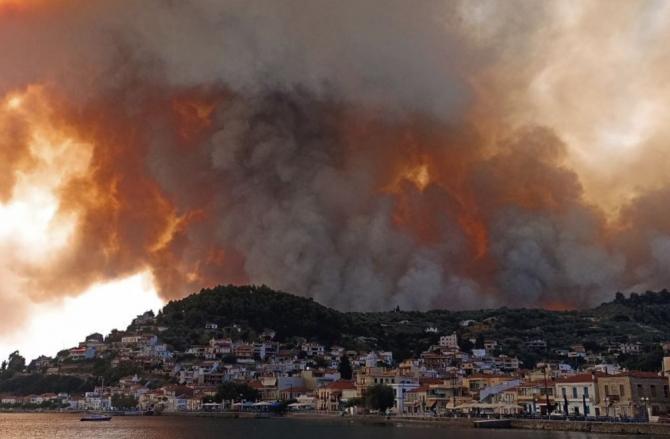 Grecia. Trei călugări au refuzat să fie evacuați din calea flăcărilor violente  Ne sufocăm din cauza fumului
