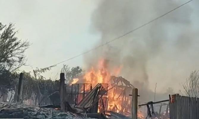 Incendiu de vegetaţie în România. Patru case şi alte 17 clădiri au fost afectate. Focul s-a răspândit până la cimitirul din Devesel