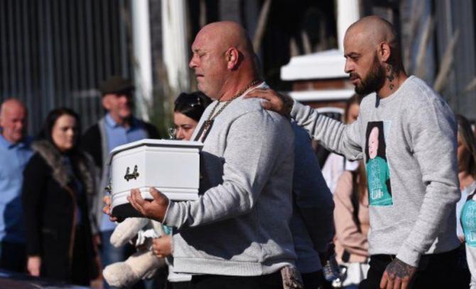 Irlanda. Un tată îndurerat cară sicriul bebelușului său, ucis de mama româncă Trebuia să fie botezul copilului și acum îl înmormântează