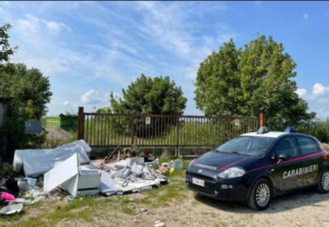 Italia. Doi români, buni de plată. Amendați cu 600 de euro, deoarece au aruncat deșeuri, inclusiv mobilier la marginea orașului