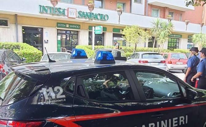 Italia. Un român și un italian au vrut să înșele o bătrână, ca să pune mâna pe 9 mii de euro. Cei doi escroci au fost prinși în flagrant