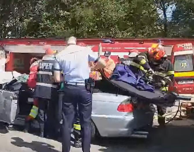 Mașină decapotabilă, înmatriculată în Anglia, implicată într-un accident rutier, în Târgoviște. Șoferul a rămas încarcerat Sursa - gazetadambovitei.ro