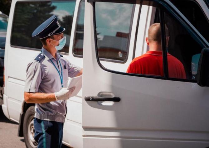 Microbuz, care se deplasa spre Polonia, oprit și verificat la frontieră. Doi frați s-au ales cu dosare penale