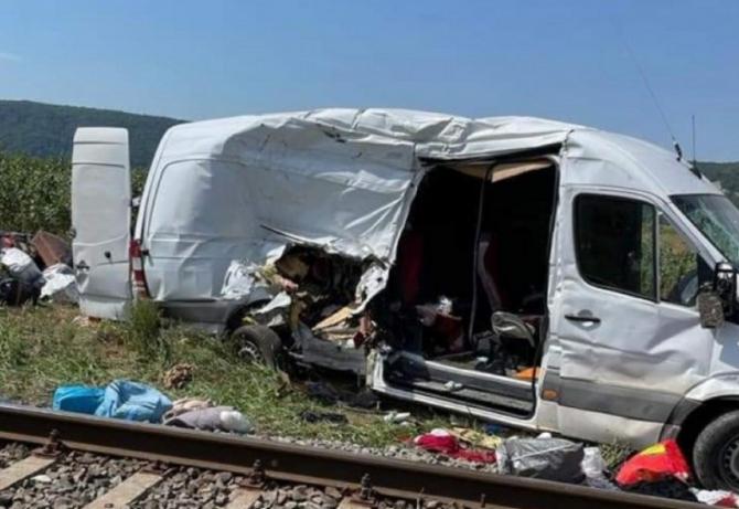 Microbuz cu români care se întorceau din Italia, accident cumplit. Marina a murit, iar fetița ei de 10 ani este în comă. FOTO: captură stiri.botosani.ro