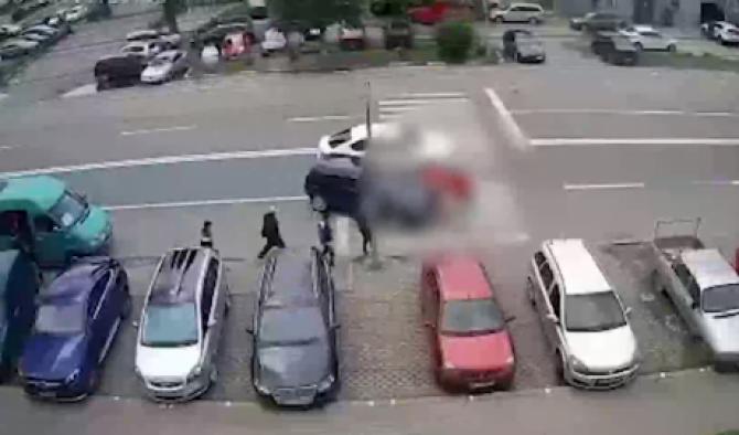 O româncă însărcinată și una dintre fetițele ei, lovite de o mașină pe o trecere de pietoni din Arad, în stare gravă