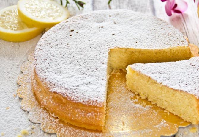 Prăjitură cu lâmâie. Un desert rapid și ușor de preparat, cu o aromă intensă și o textură moale