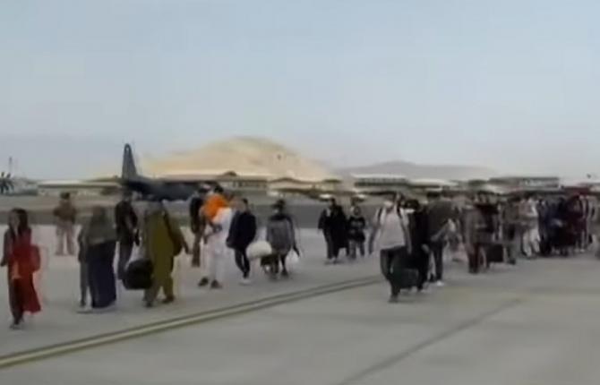 Primul avion cu spanioli şi afgani a aterizat în Spania