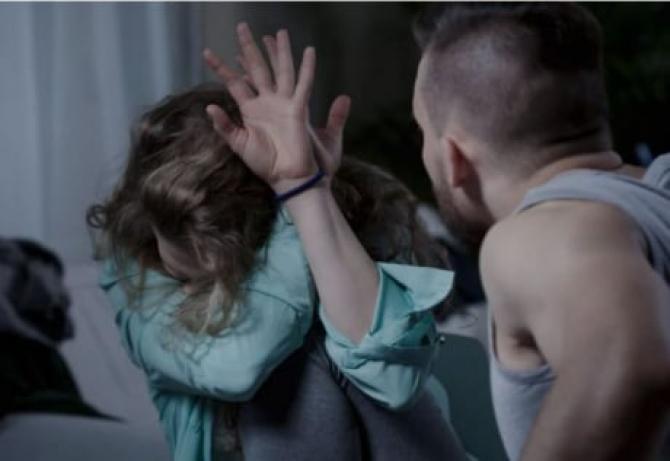 Româncă, bătută, fără milă de iubitul violent. Aruncată din pat și dată cu capul de noptiera