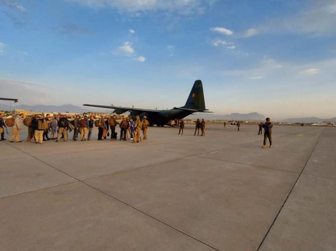 Românii, salvați din Afganistan, ajung la București cu aeronava Forțelor Aeriene Române