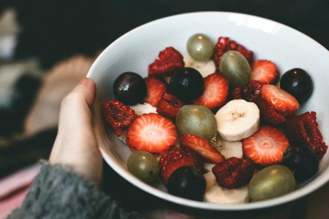 Salată de fructe, desertul preferat al verii, gata în 10 minute! Ingredientul neașteptat care te va face să uiți de frișca pentru asezonat (sursa foto: Pexels)